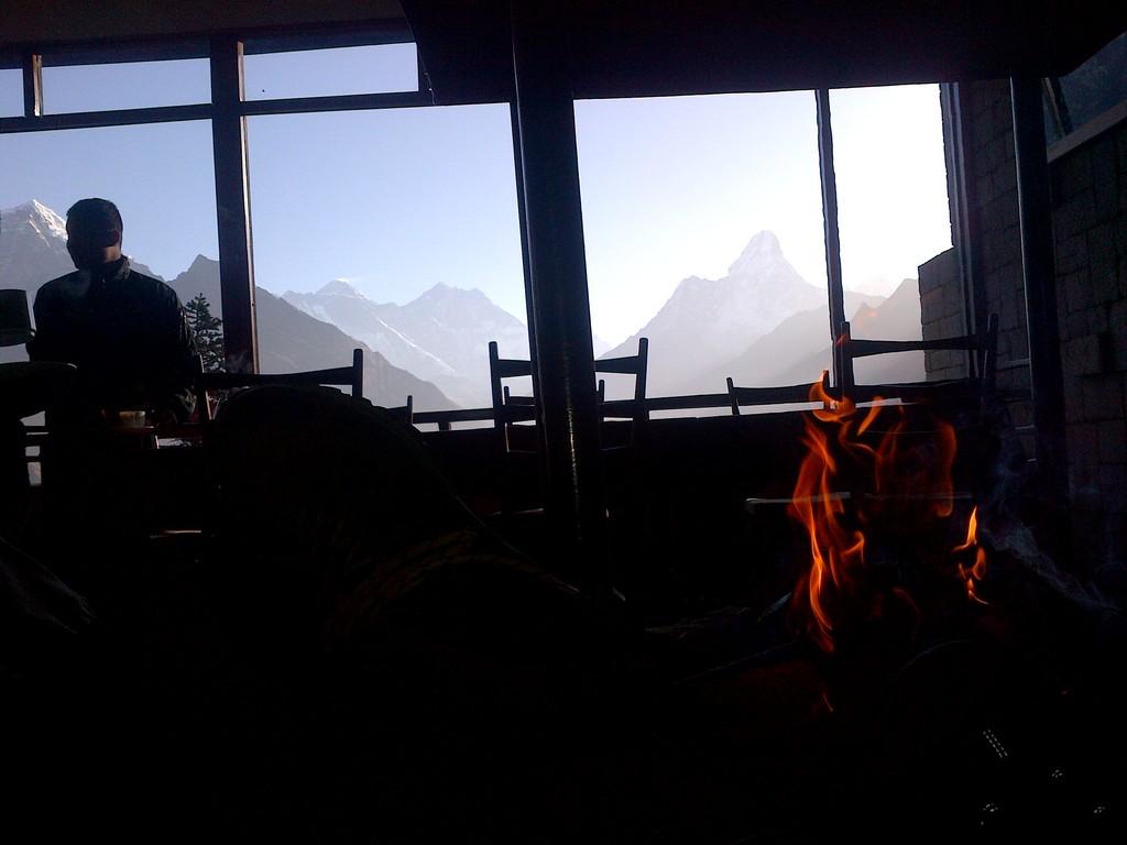 Nepalas hihike Pusryčiai prie židinio 3800 m aukštyje, matosi Everetos, Lhotse, Knuptse ir Amadablamas. Pasaka.